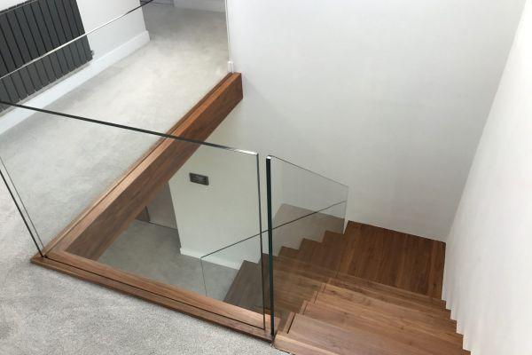 1161-schody-wspornikowe-lamane-ze-szklana-balustrada89AA01A3-CAAF-4813-89AD-F143719C4A0E.jpg